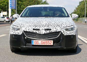 Замаскированный камуфляжем Opel Insignia попался в объективы папарацци